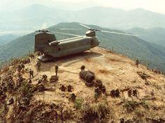Espectacular foto de un Chinook en la cima de una colina.  Vietnam en
