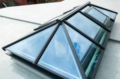 Aluminium flat roof lantern & glass skylights by Hehku Modern Skylights, Flat Roof Skylights, Flat Roof Systems, Roofing Systems, Skylight Glass, Glass Roof, Pergola With Roof, Patio Roof, Pergola Patio