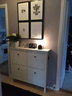 Hall gray wallpaper, white shoe cabinet hemnes, black details, personalized black and white po . Interior Design Living Room, Living Room Decor, Decor Room, Home Decor, Craftsman Style Kitchens, Small Entryways, New Home Construction, Grey Wallpaper, Contemporary Bathrooms