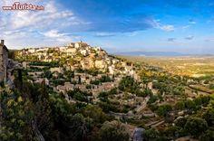 Gordes è un bellissimo borgo antico del sud della Francia, che rimane arroccato sul bordo meridionale dell'alto Plateau de Vaucluse. Siamo nella regione Provenza-Alpi-Costa Azzurra (Provence-Alpes-Côte d'Azur) e la pietra è l'elemento principale del paese: i suoi edifici sono infatti costruiti con questo matria