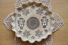 Vánoční+talíř/svícen+ANDĚLSKÝ+...ručně+modelovaný+talíř,+podnos+nebo+může+posloužit+i+jako+adventní+svícen...+Rozměry:+průměr+25,5cm+a+výška+cca+2,5cm+Na+andílky+použito+krásné+razítko+od+baruska27