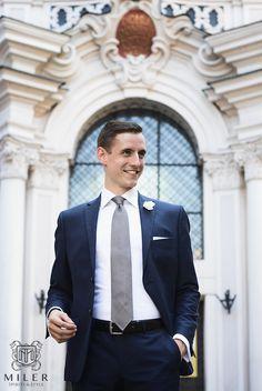 To co każdy gentleman powinien mieć w swojej szafie to koszula formalna i formalna z krytą plisą. Nie wiesz czym się charakteryzują i jaka jest między nimi różnica? Przeczytaj nasz artykuł! Mens Fashion   Menswear   Men's Apparel  Men's Outfit   Sophisticated Style   Moda Masculina   Mens Shirt   Elegant