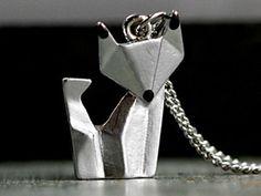 Origami Fuchs Kette silberSüßer Fuchs im Origami Stil.  Er wird auf der Vorderseite von uns von Hand silberfarben patiniert - so entsteht ein plastischer warmer Ton. Zum Abschluß bekommt er noch braune Ohrenspitzen und Schnauze. Kommt mit passender mittellanger Kette.
