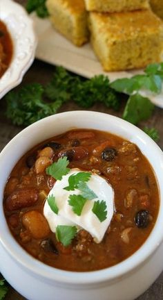 This Italian Sausage Chili is a delicious hearty chili recipe and a great meal to serve on cold wintery nights. Crockpot Italian Sausage, Sausage Chili, Sweet Italian Sausage, Sausage Recipes, Chili Recipes, Soup Recipes, Cooking Recipes, Italian Beef, Crockpot Recipes
