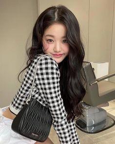 Yu Jin, Japanese Girl Group, Miuccia Prada, Ulzzang Girl, Girl Photos, Kpop Girls, Korean Girl, Korean Style, Miu Miu