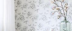 Upea Esta Home -mallisto Ginger tuo muodin seinillesi. Trendikkäässä mallistossa yhdistyvät suloiset pastellivärit, ylelliset kukkakuviot ja geometriset muodot. Ginger-mallisto on vahva, raikas ja romanttinen. Malliston pääpaino on upeassa kukka-aiheisessa designissa, jossa vaihtelevat raikkaat, täyteläiset värit ja hennot pastellit. Yhdistä trendit malliston puukuvioihin ja harmonisiin teksteihin. Esta Home-brändille tyypillinen design ja värimaailma tuovat sisustukseen tyyliä.