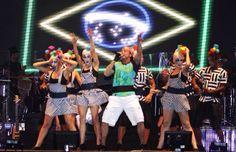 Netinho em 2009 no palco com seu cast de bailarinos na segunda noite de gravação do seu DVD Netinho e a Caixa Mágica em Aracaju/SE. Música Apertadinho. Criação e direção Netinho.