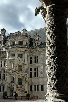 Château de Blois: l'escalier François Ier vu depuis les colonnettes de l'aile Louis XII