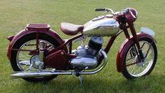 Yamaha Bikes, Vintage Motorcycles, Cars And Motorcycles, Classic Bikes, Classic Cars, Jawa 350, Retro Bike, Old Bikes, Vintage Bikes