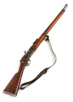 Le fusil Lebel  Avec un calibre de 8 millimètres et un magasin, il pouvait tirer jusqu'à 12 coups par minute. Sa portée utile est de 400 mètres, sa portée générale de 1 400 mètres environ.