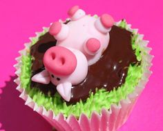 Pig Cupcakes - great for little kids! That will also help them learn some things about the animals. Oink oink!