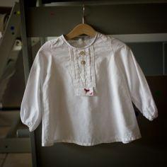 Blouse Capella, Grains de couture pour enfants, popeline blanche, plastron modifié, petits renards en flex, dessin maison :)