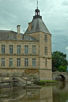 80 rooms and 4 inhabitants, The Château de Sully, Autun, Bourgogne, France Copyright: Daniel Solinger