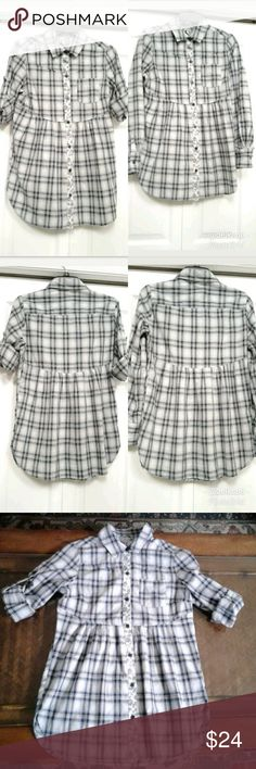 "FREE PEOPLE Plaid Button Down Long Sleeve Top 8 Gently Pre- Owned. FREE PEOPLE Womens Plaid Button Down, Long Sleeve Tunic Pleated Top. In Excellent condition. No tears, holes or stain. Color: Blue & White  RN# 66170/CA# 32054  Made in : China  Neckline: V- Neck  Sleeves: Long Rollup Sleeve  Materials: 100% Cotton.   PLEASE REFER TO THE MEASUREMENTS BELOW FOR P FIT.   Measurements (approximate) (Laying flat).  Length: 30.5"" Armpit to Armpit : 19""  Waist: 17""   Bottom Hem : 21""   Neck to…"