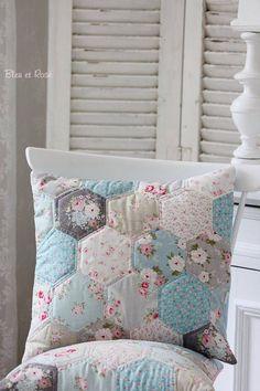 Pillow - Pillow Cover in Hexagon Patchwork Look - a designer pice of bleuetrose on DaWanda Hexagon Patchwork, Patchwork Cushion, Hexagon Quilt, Quilted Pillow, Patchwork Quilting, Quilting Projects, Sewing Projects, Cute Cushions, Sewing Pillows