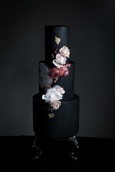 Obsessed with this dark floral wedding cake! Black Wedding Cakes, Beautiful Wedding Cakes, Gorgeous Cakes, Pretty Cakes, Cake Wedding, Gothic Wedding Cake, Wedding Ceremony, Black And White Wedding Cake, Bolo Fashionista