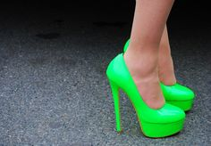I so want these neon green shoes! These would look great with a pair of black skinny jeans or a black dress! Pretty Shoes, Cute Shoes, Me Too Shoes, Lime Green Heels, Green Shoes, Gyaru, Neon Pumps, Stiletto Heels, High Heels