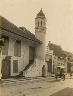 Arabische kamp te Soerabaja (Langgar Bafadol - jl. KH. Mas Mansyur) 1910 Old Pictures, Old Photos, Leiden University, City Of Heroes, Dutch East Indies, Colonial Architecture, Surabaya, Past, History