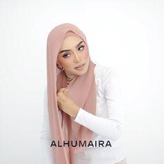 Gaya seperti ini sesuai untuk anda yang mahukan gaya yang simple & stylish. Sangat mudah digayakan, material juga super comfy dan flowy.… Square Hijab Tutorial, Hijab Style Tutorial, Hijab Turban Style, Hijab Chic, Abaya Fashion, Diy Fashion, Hijab Wear, Arab Women, Your Hair