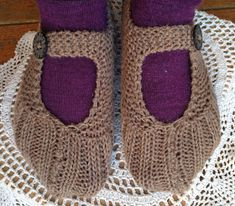Rita's Kosekrok: Lomme-tøfler under træet . - Lilly is Love Slipper Socks, Slippers, Free Pattern, Diy And Crafts, Baby Shoes, Knitting, Crochet, Accessories, Baking