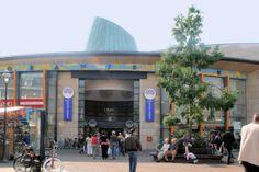 Winkelcentrum De Oranjerie ligt midden in het Centrum van Apeldoorn. Het ligt aan de hoofdstraat. Het is ruim opgezet en er zijn 60 winkels en eetgelegenheden.