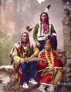 14 Rare Color Photos Of Native Americans Taken In The 19th and 20th Centuries Chief Little Wound and Family, Oglala Lakota tribe,1899. Photo by Heyn Photo