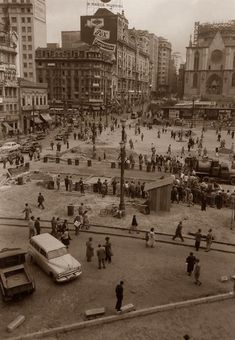 Praça da Sé, 1952. São Paulo do Passado Old Photos, Vintage Photos, Paris Skyline, New York Skyline, Old City, Good Times, Photo Wall, History, Old Trucks
