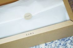 online packaging - Buscar con Google Fashion Packaging, Cool Packaging, Paper Packaging, Packaging Design, Product Packaging, Packaging Ideas, Ribbon Box, Paper Ribbon, Elegant Gift Wrapping