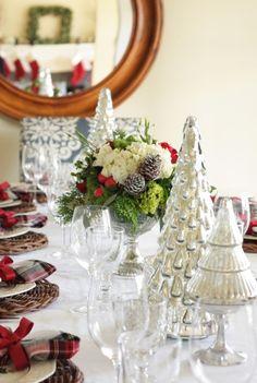 petits sapins de Noël décoratifs de couleur argent sur la table décorée