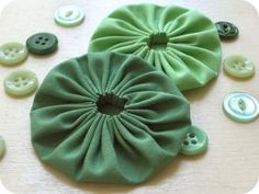 How to make fabric Yo-Yo's which can be used for purses and other craft items. I know how to do yoyo's but the blog is great for lots of things