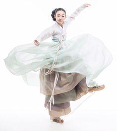 hanbok Asian Fashion, Fashion Photo, Fashion Art, Fashion Design, Korean Traditional Clothes, Traditional Dresses, Modern Hanbok, Culture Clothing, Korean Art