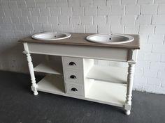 Doppelwaschtisch Landhaus. Der Waschtisch hat drei Schubladen. Die Waschtischplatte ist in Farbe Natur-braun gehalten.