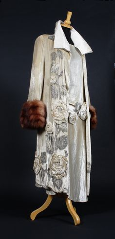cream silk velvet Molyneux dress and coat with fur cuffs. Would be amazing as a wedding dress and coat for a winter inspired wedding. 30s Fashion, Art Deco Fashion, Fashion History, Vintage Fashion, Fashion Coat, Fashion Hacks, Fashion Tips, Antique Clothing, Historical Clothing