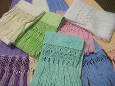 Detalhes de macramê em toalhas coloridas Foto de Arte Tramas