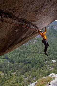 Alex Honnold climbing on Separate Reality, a difficult over hanging roof     crack in Yosemite National Park, California      							Picture: BARCROFT MEDIA/Jimmy Chin