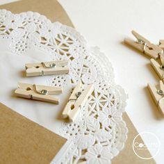 Blondas pequeñas blancas para decorar todo tipo de detalles de boda. Perfectas para tus bolsas kraft! #ideas #bolsas #kraft #detalles #boda #invitados #fiestas #infantiles #blondas #decoración #scrap #comuniones