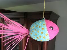 How to Make a Coconut Kissing Fish Craft Tutorial - Fisch Krafts Ideen Seashell Crafts, Beach Crafts, Summer Crafts, Palm Frond Art, Palm Tree Art, Palm Fronds, Easy Crafts For Kids, Crafts To Make, Coconut Decoration