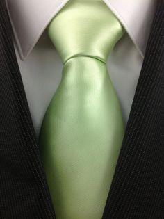 Corbata verde sólido menta. Hecha de microfibra convirtiéndolo en agua y resistente a las manchas. Corbata mide 3 pulgadas de ancho y 59 centímetros de largo.