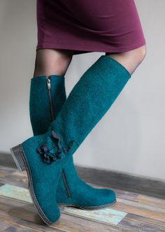 Сапоги валяные - купить или заказать в интернет-магазине на Ярмарке Мастеров | Сапоги валяные женские. Сваляны вручную из… Felted Wool, Wool Felt, Winter Boots, Fall Winter, Felt Boots, Fancy Shoes, Wet Felting, Blue Jeans, Footwear