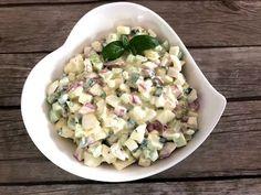 Pyszna sałatka do grilla! To moja druga ulubiona sałatka, która idealnie pasuje do dań z rusztu (pierwsza to sałatka ziemniaczana na którą przepis znajdziecie TUTAJ ). Fajne połączenie smakowe jajek z ogórkiem, rzodkiewkami i szczypiorkiem sprawia, że sałatka świetnie komponuje się z grillowanym mięsem, rybami oraz warzywami. Polecam! Składniki: 3-4 jajka 1 długi ogórek …