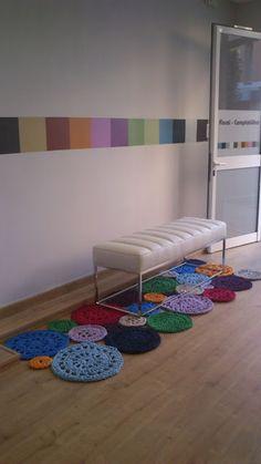 Artes Manuais Na DecoraçãO: Um Toque Personalizado Crochet Table Mat, Crochet Mat, Manta Crochet, Crochet Round, Baby Blanket Crochet, So Creative, Creative Decor, Knit Rug, Fabric Yarn