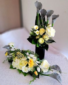 Dekoracja z bukietem szaro-kremowa  nr. 131 Modern Flower Arrangements, Funeral, Fabric Flowers, Floral Wreath, Bloom, Wreaths, Table Decorations, Plants, Flowers