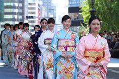 """伝統の美「着物」と「街」をつなぐファッションショー「日本橋ランウェイ」が10月21日、初開催された。約50メートルのランウェイが、通常は公道として使用されている五街道の起点 日本橋の橋上に出現。""""日本晴れ""""の空の下、約50名の女性モデルが舞うように登場し、新作着物を披露した。"""