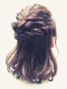 ①サイドから高さを変えて互い違いに三つ編みを作る。②毛先はピンで止めて隠すだけ。緩めの三つ編みでヴォリューム感のあるヘアセットです。セルフとは思えないゴージャス感が出せます。