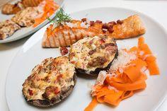 Grillet laks med bacon, fyldte portobellosvampe og citronmarineret gulerod med revet fennikel