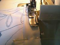 Ourlet de tee-shirt à la surjeteuse Diy Couture, Couture Sewing, Techniques Couture, Sewing Techniques, Sewing Basics, Sewing Hacks, Sewing Clothes, Mac, Hemline