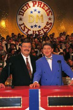 """Moderator Harry Wijnvoord und der Preisansager Walter Freiwald posieren für die RTL-Spielshow """"Der Preis ist heiß"""", 1996."""