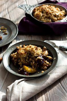Pflaumen-Crumble mit Buchweizen-Quinoa-Streuseln | Foodlovin'