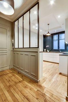 M&R C. - Rencontre un Archi. Verrière dans l'entrée pour séparer la cuisine ouverte bleue. Contrat entre le couloir vert et le fond de la cuisine bleu. Espace dessin et moderne dans un appartement de style classique