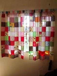 Linda cortina de patchwork! Patchwork Curtains, No Sew Curtains, Valance Curtains, Cortinas Country, Modern Quilt Patterns, Mug Rugs, Kitchen Curtains, Regional, Sweet Home